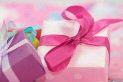 gave til hende