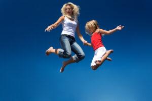 familie hopper på trampoliner