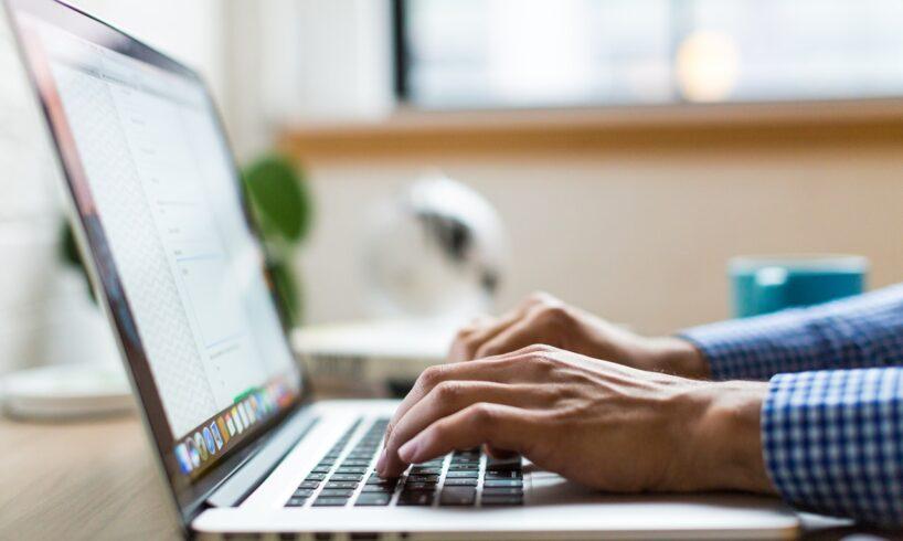 Person bruger apple computer til arbejde