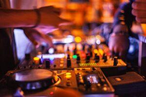 Dj spiller til fest foran mange mennesker