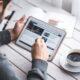 Mand drikker kaffe og browser hjemmeside