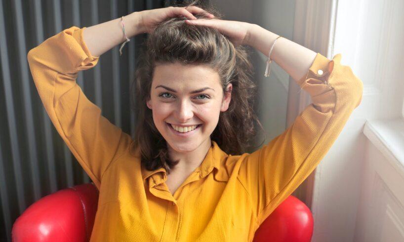 Kvinde har gul trøje på og armbånd