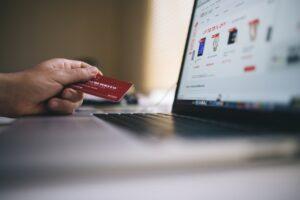 Person køber ting på nettet med kort