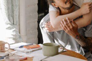 Familie hygger i deres hjem med kaffe