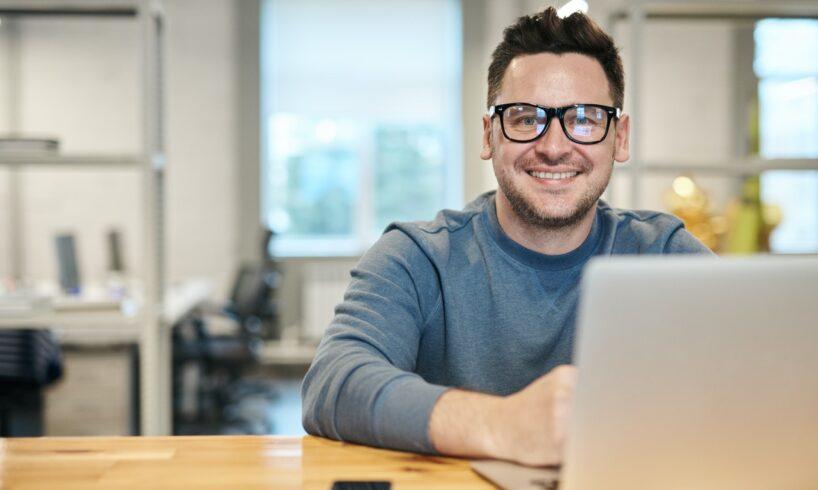 Mand ser glad ud med sin computer