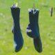 Sorte sokker hænger til tørre