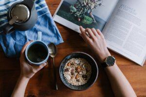 Person spiser morgenmad og drikker kaffe