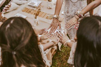 Kvinder holder deres hænder sammen til polterabend