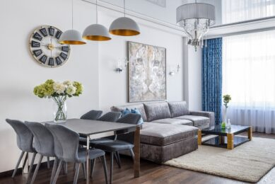 Stue med flotte hvide vægge og moderne møbler