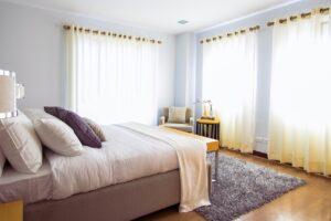 Moderne gardiner i soveværelse